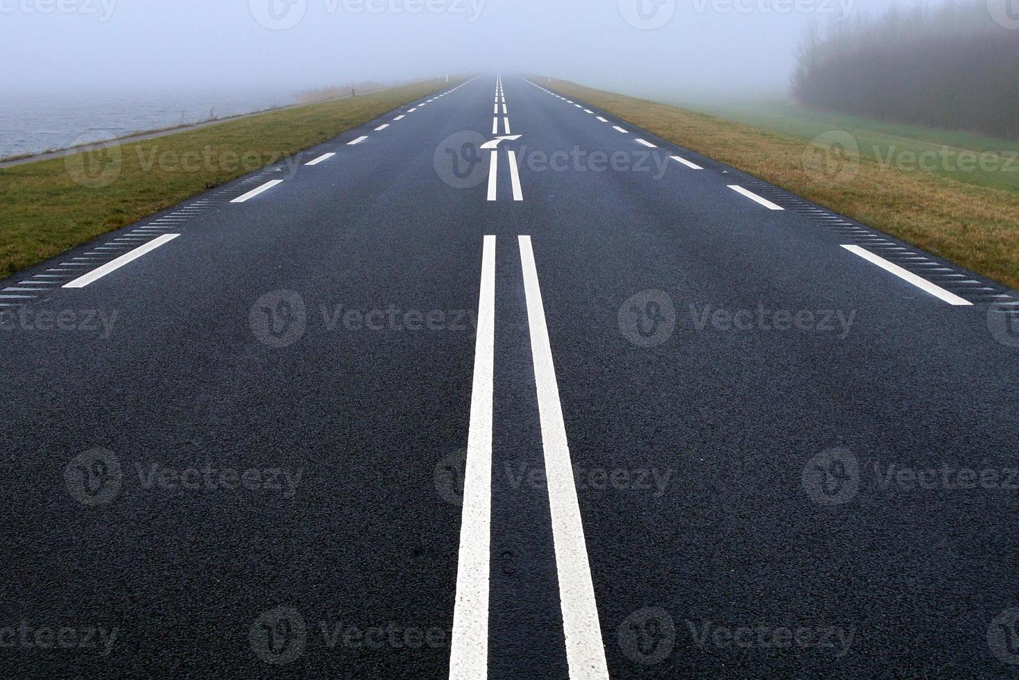 strada nebbiosa - nebbia foto