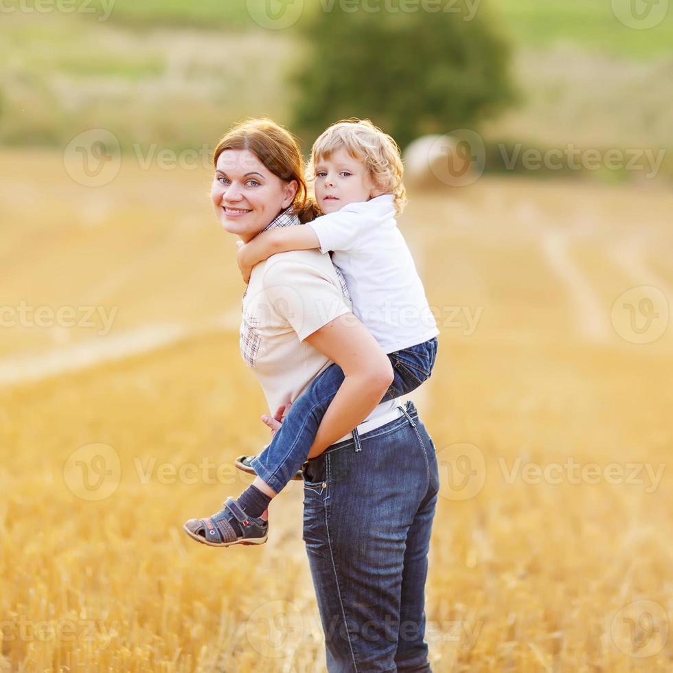 giovane madre e suo figlio piccolo divertirsi foto