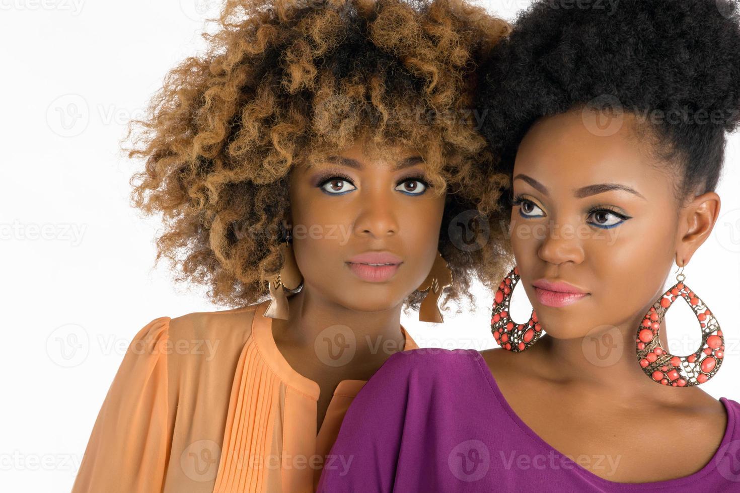 due donne con i capelli afro foto