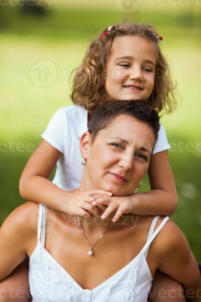 madre e figlia che si abbracciano foto