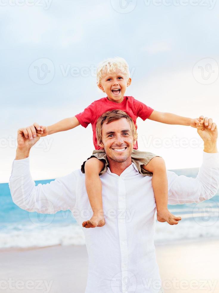 padre e figlio giocano foto