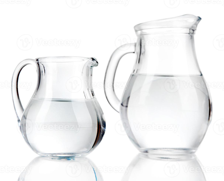 brocche di vetro di acqua isolate su bianco foto