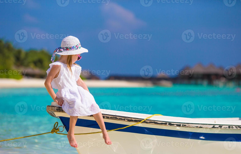 adorabile bambina in barca durante le vacanze estive foto