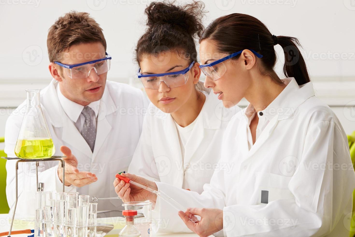 gruppo di scienziati che eseguono esperimenti in laboratorio foto