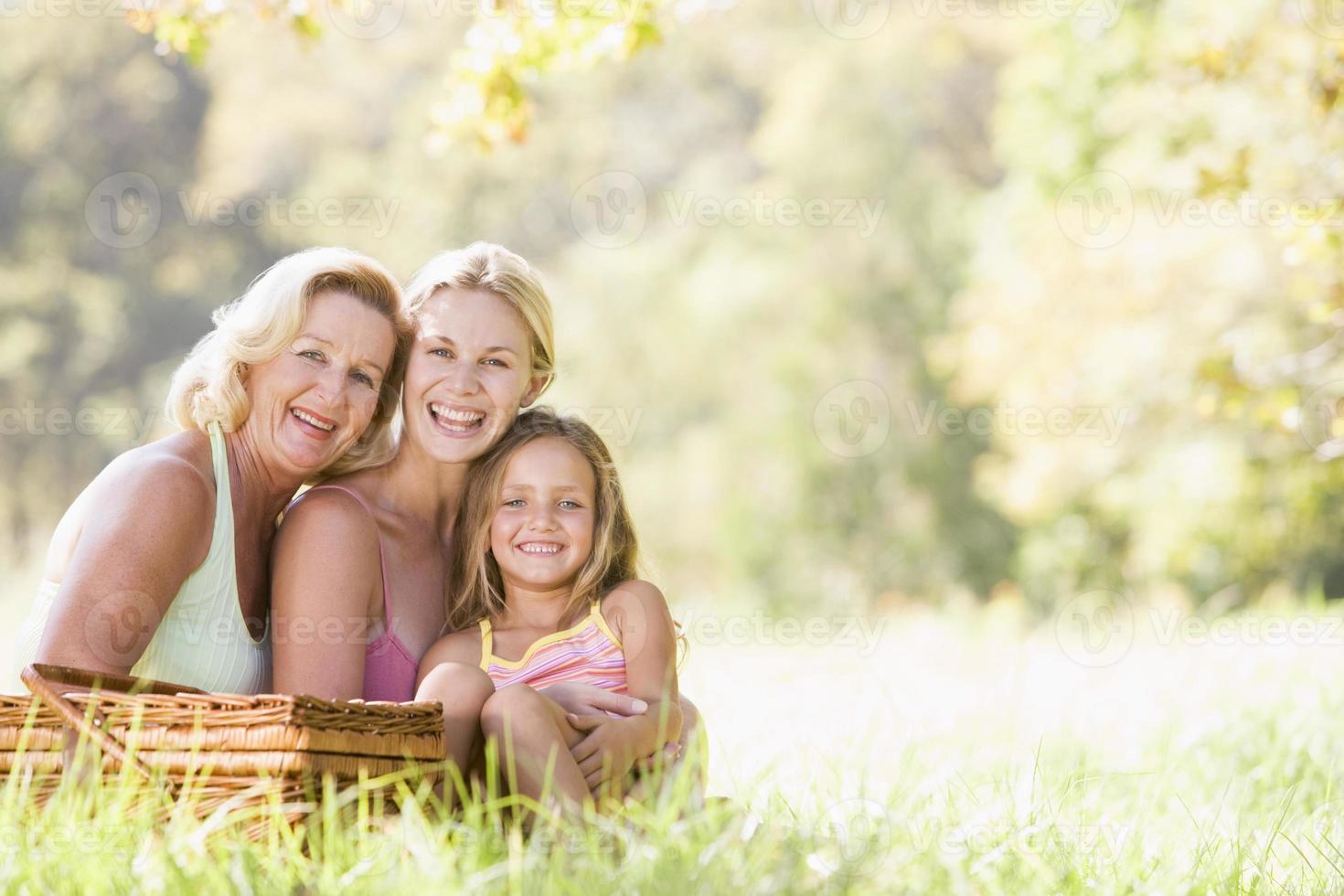 nonna con figlia adulta e nipote sul picnic foto