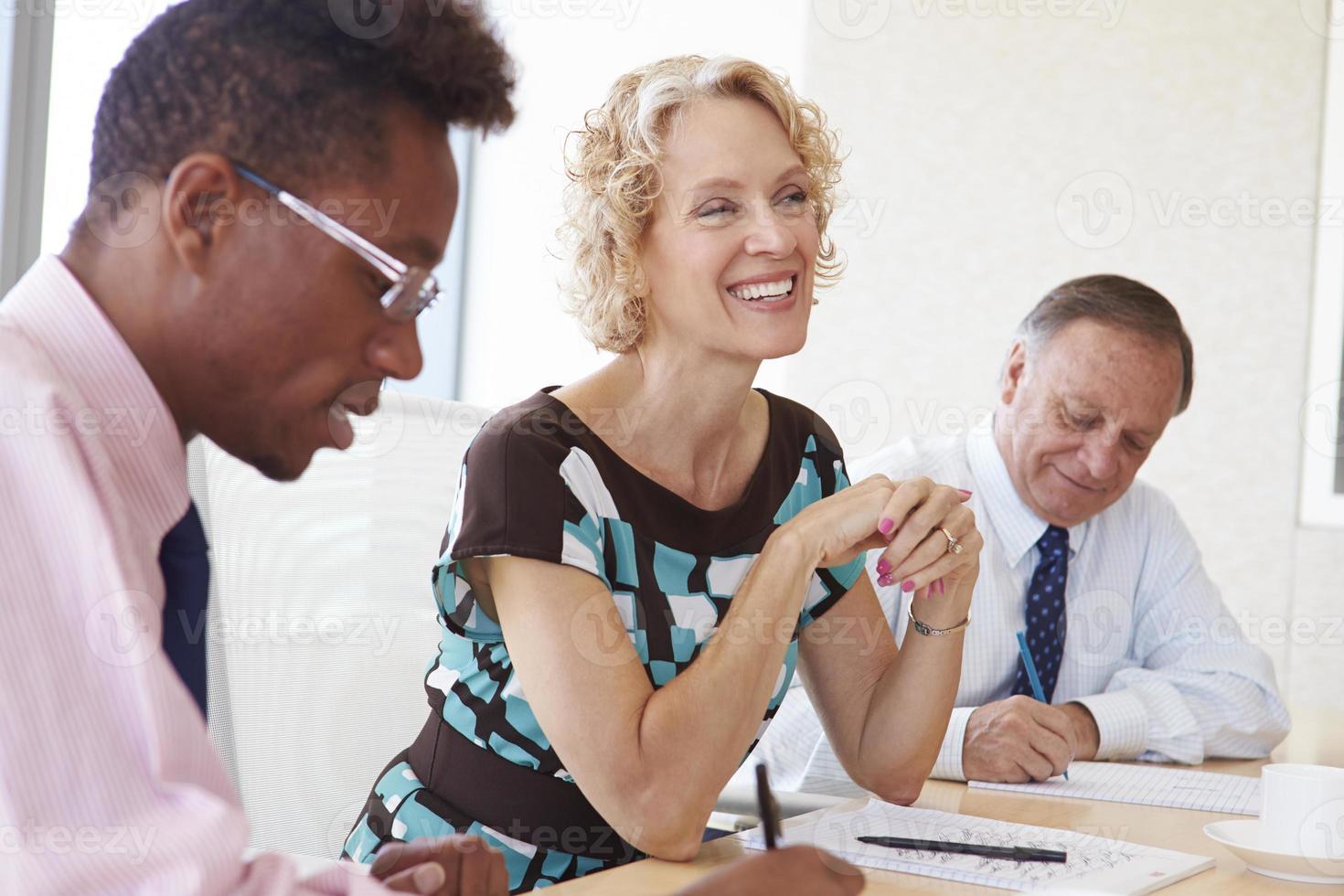 tre persone di affari che hanno riunione nella sala del consiglio foto