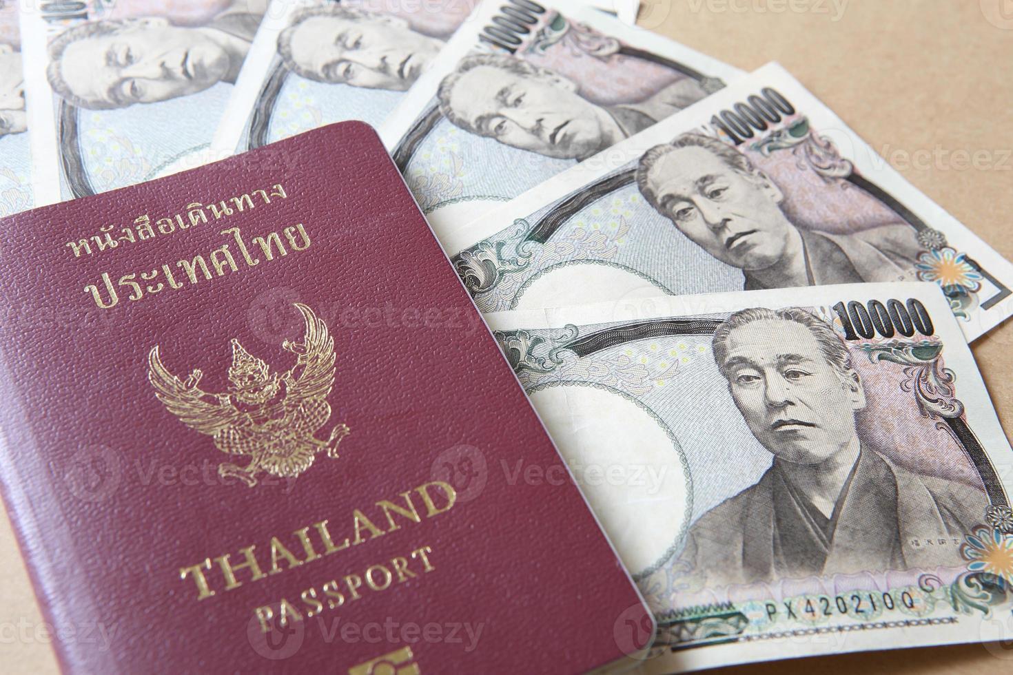 passaporto della Tailandia e soldi di yen giapponesi foto