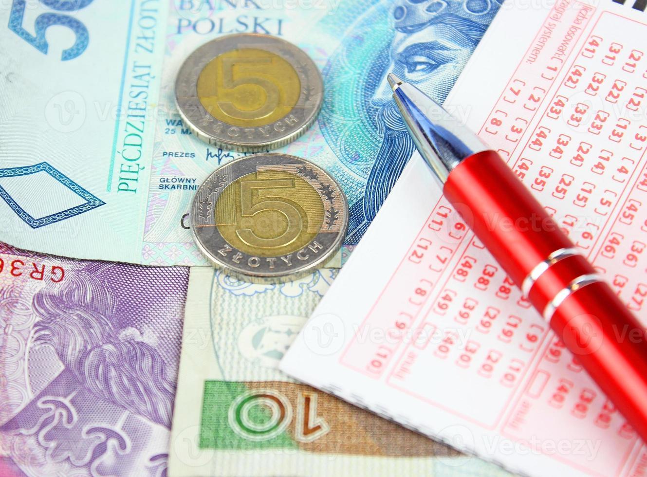 biglietto della lotteria con penna e denaro polacco foto
