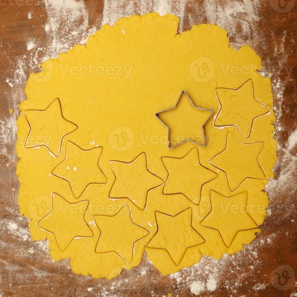 processo di produzione di biscotti natalizi fatti in casa foto