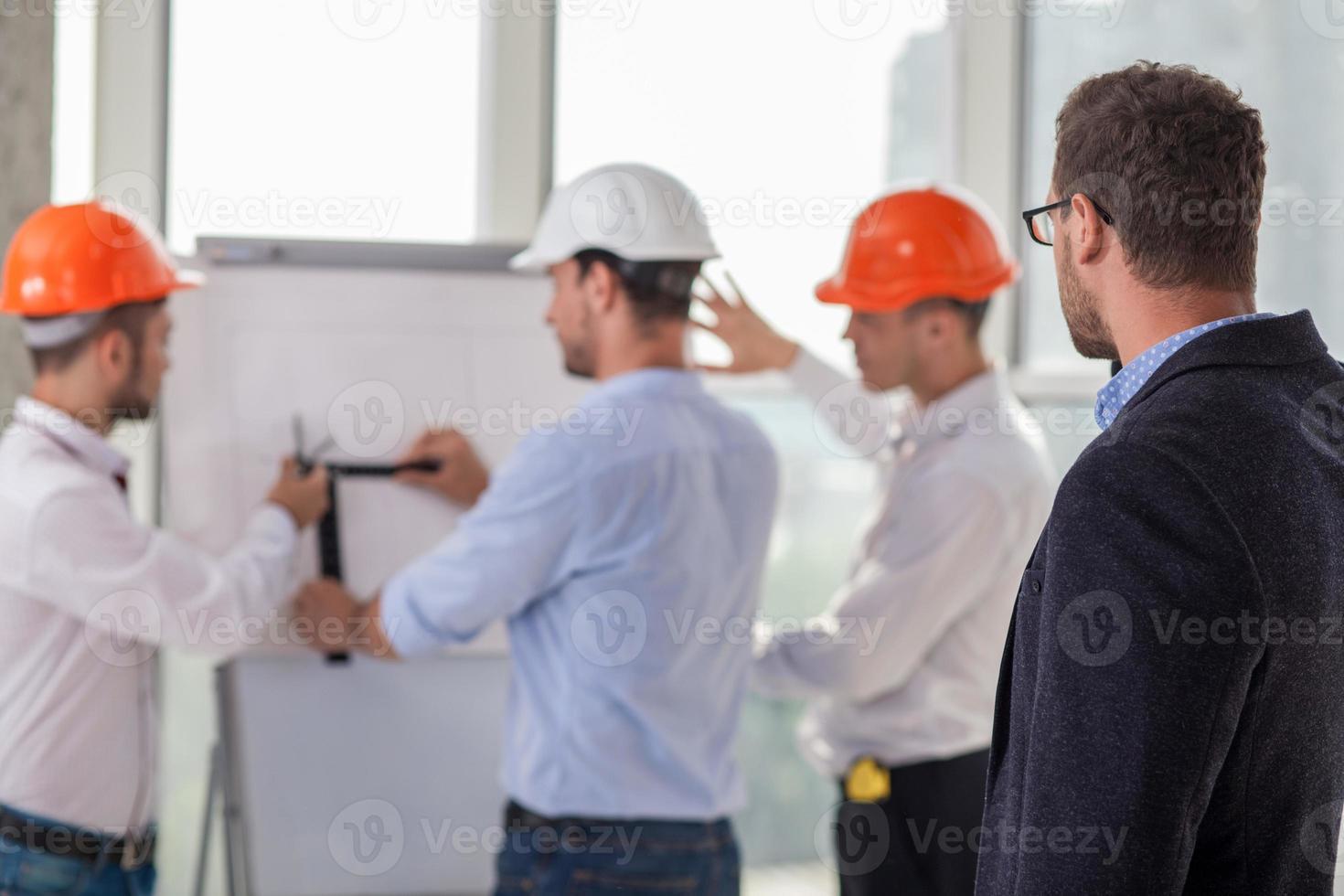 team di costruzione di successo sta lavorando a un progetto foto
