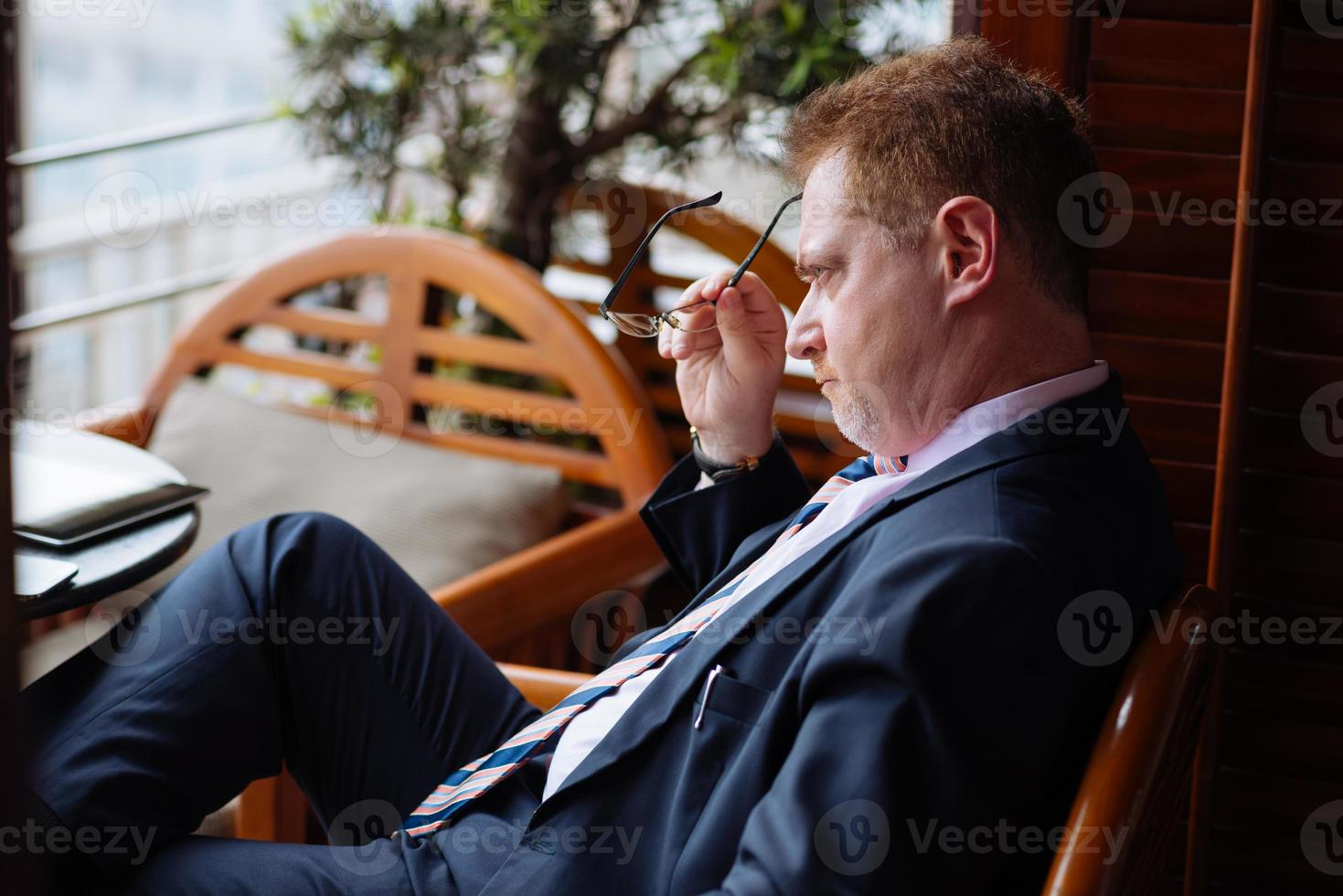uomo d'affari pensieroso stressato foto