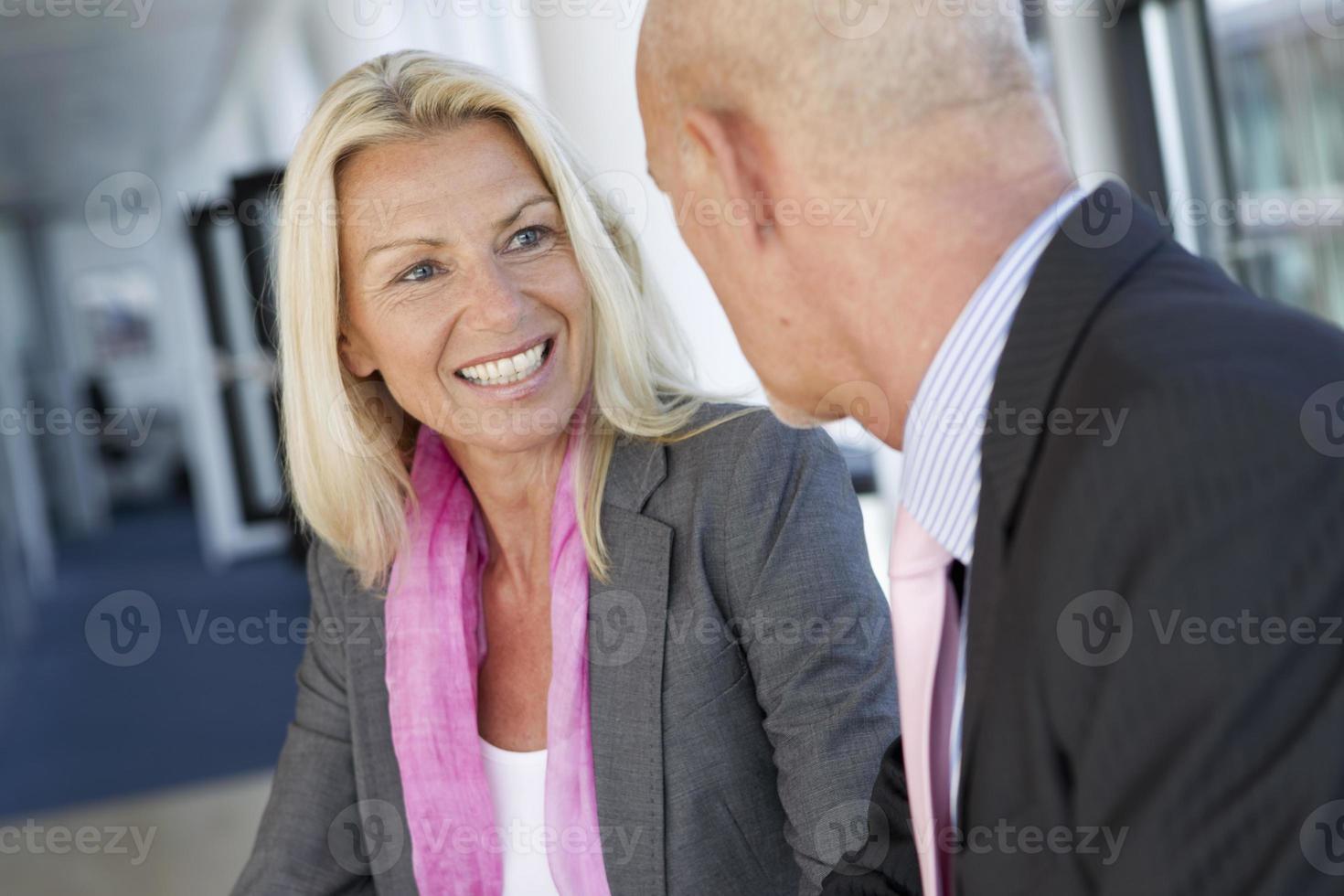 uomini d'affari, parlando in ufficio foto