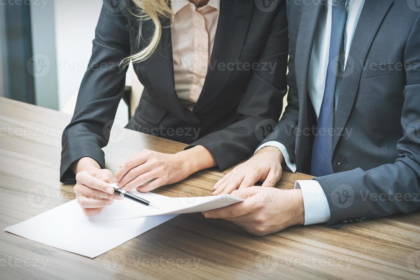 coppia sta negoziando il contratto. foto