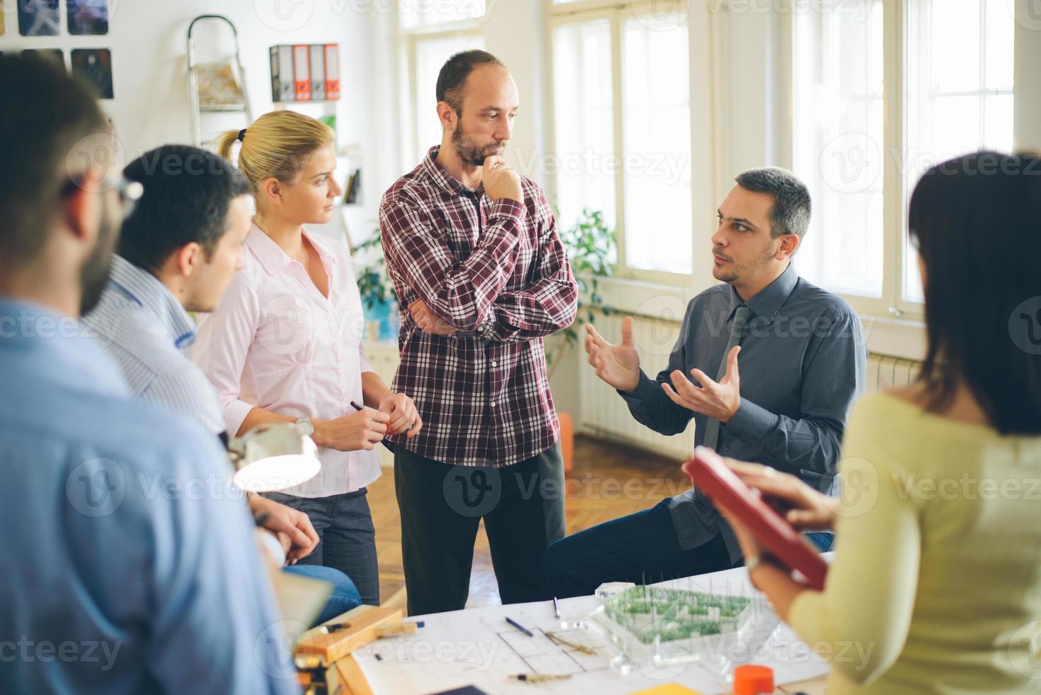 avviare un'attività. gruppo di giovani architetti in ufficio foto
