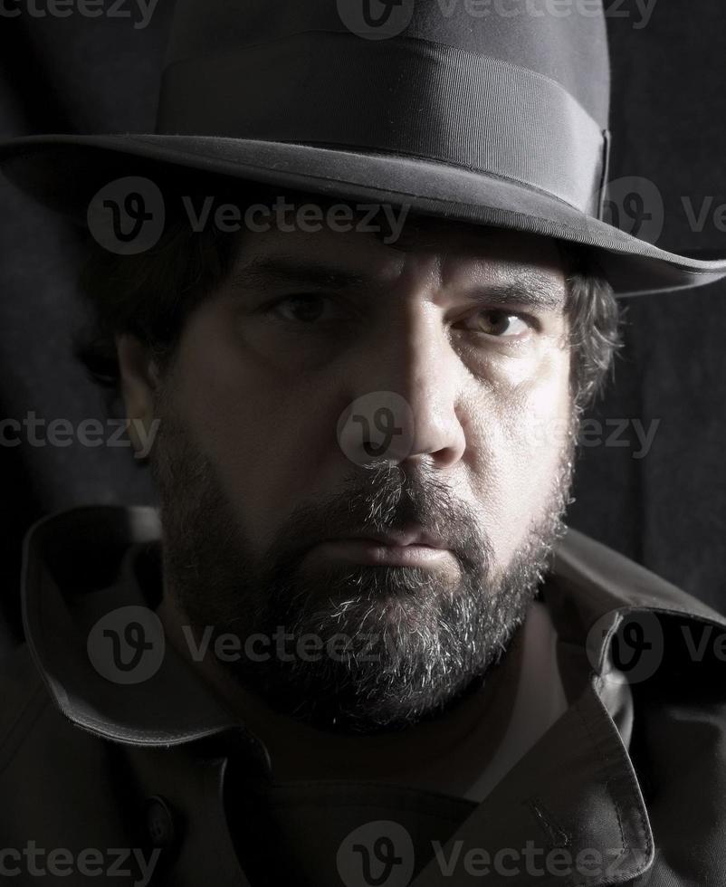 uomo con cappello e soprabito - parzialmente desaturato foto