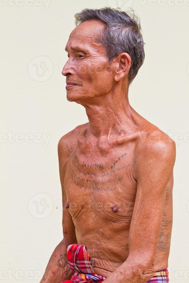 Ritratto di uomo anziano attraente foto