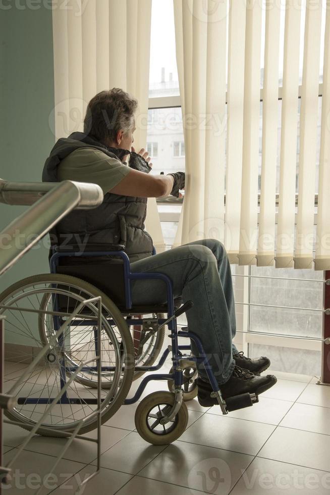 uomo su sedia a rotelle foto