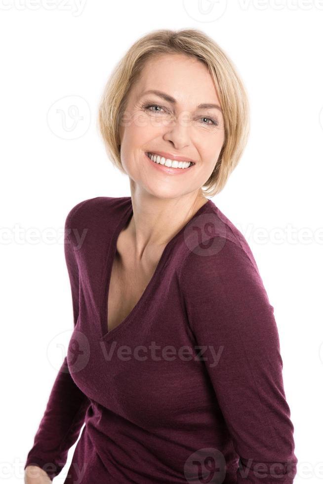 Ritratto di donna di età compresa tra felice su sfondo bianco foto