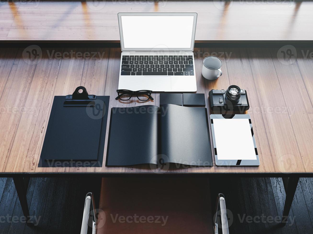 design generico portatile sul tavolo di legno con elementi di office foto