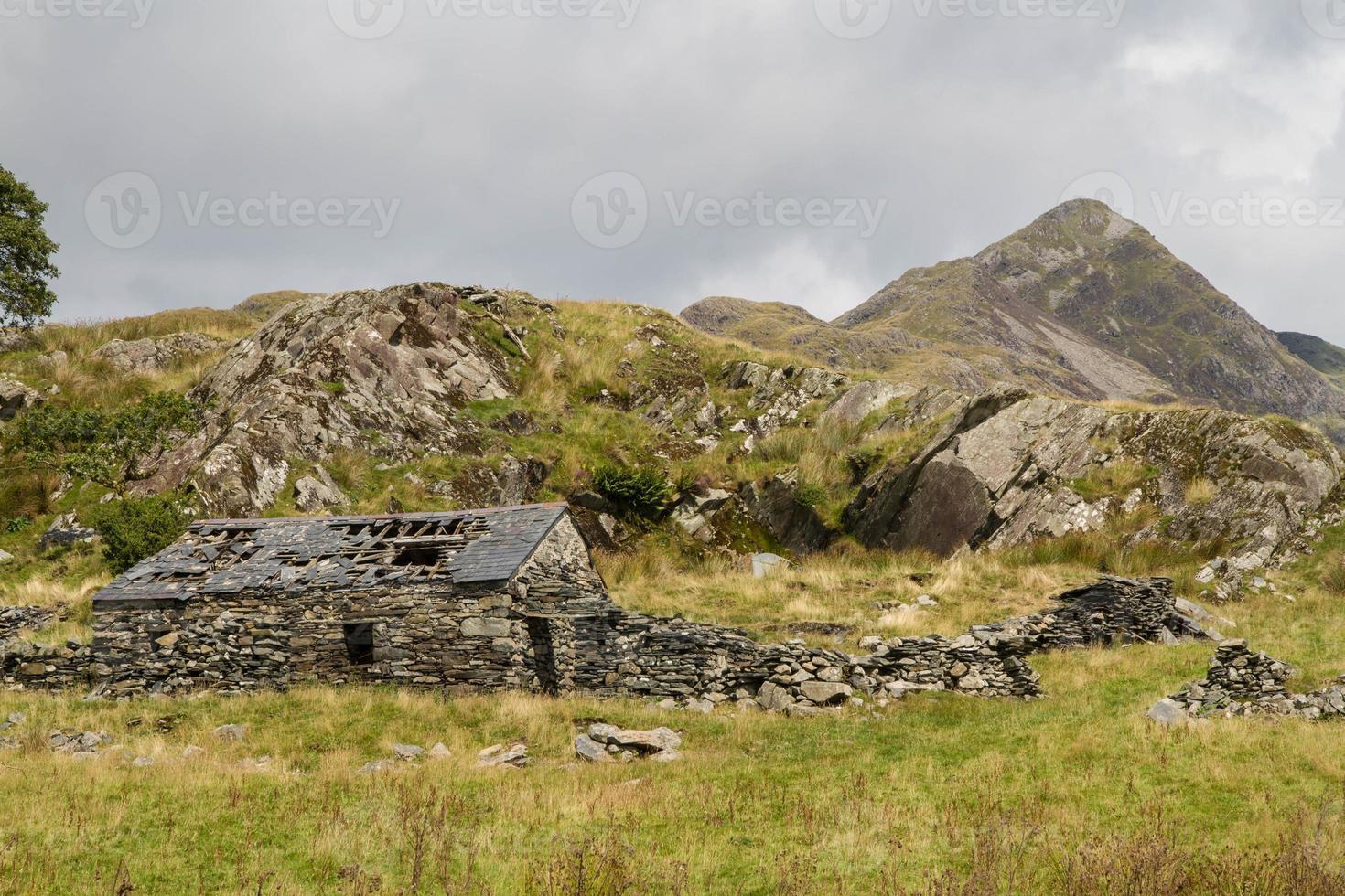 gallese montagna Cnicht con rovina del casolare in pietra in primo piano foto