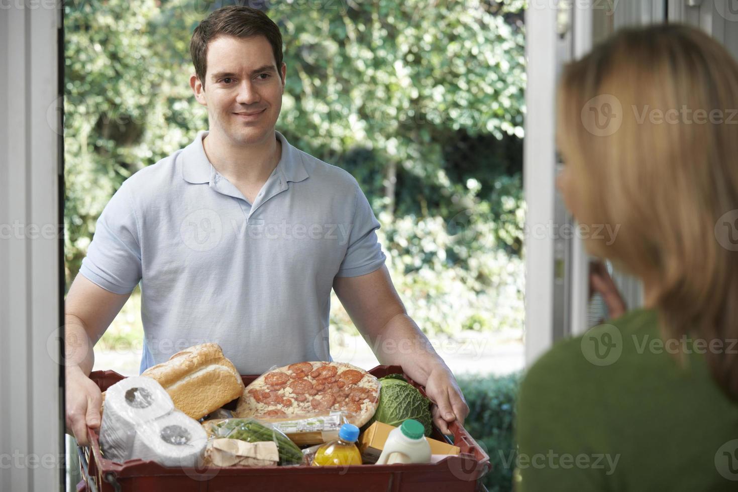 autista che consegna ordini alimentari online foto
