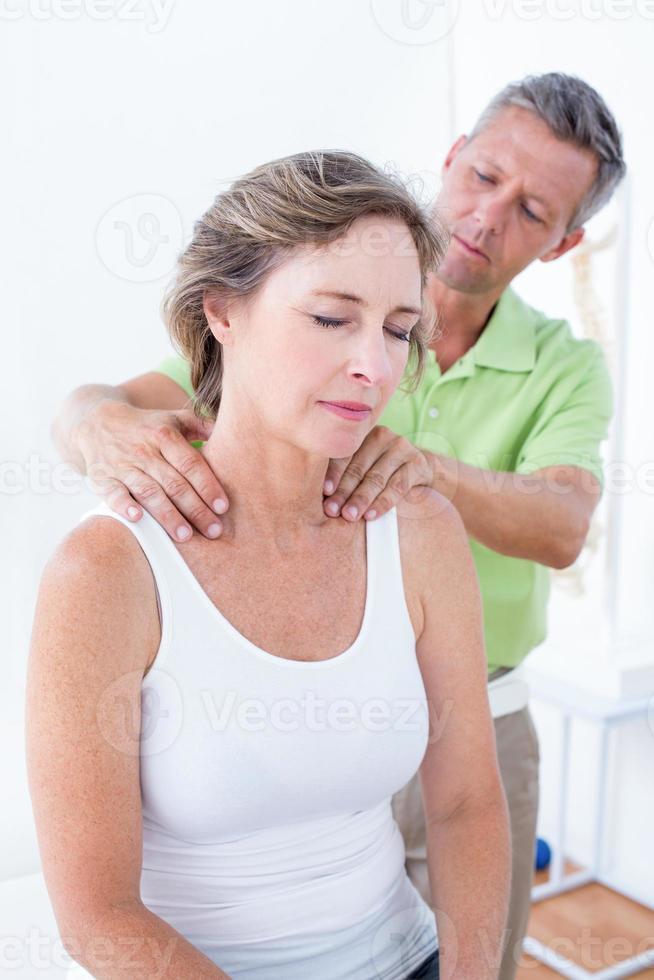 dottore facendo aggiustamento alla schiena foto