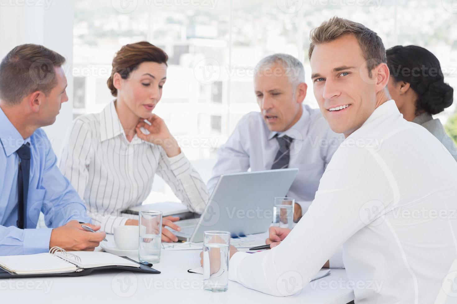 squadra di affari che ha una riunione foto