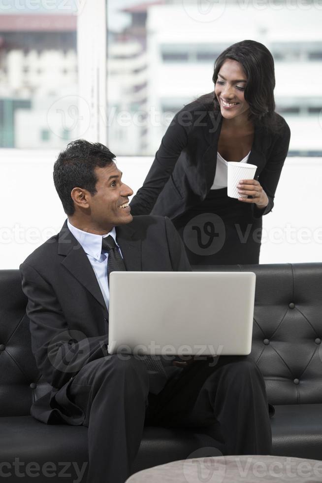 colleghi di lavoro indiani che hanno una riunione. foto