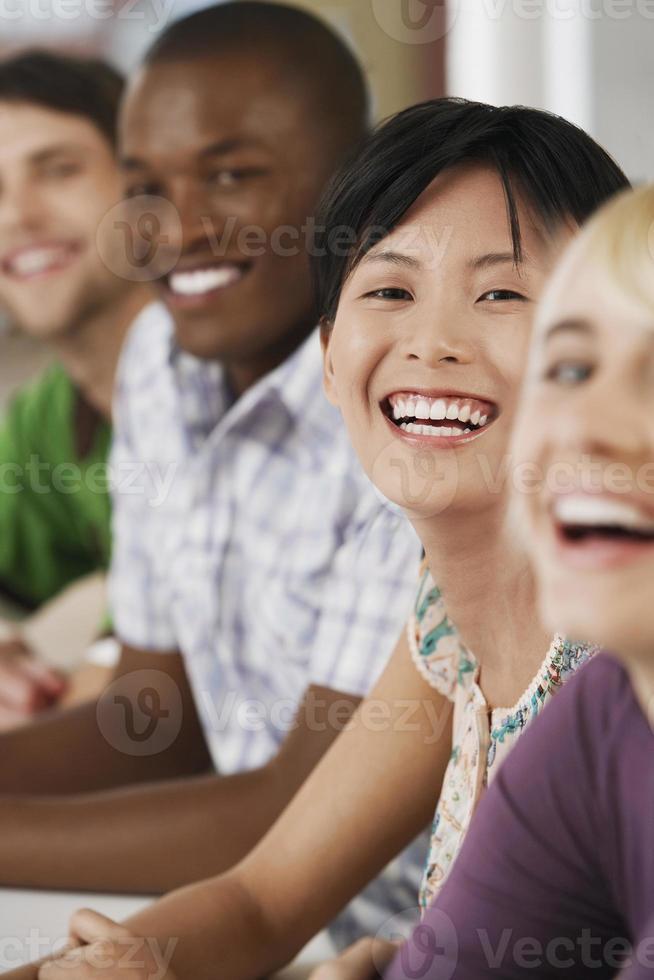 uomini d'affari che ridono nella sala riunioni foto