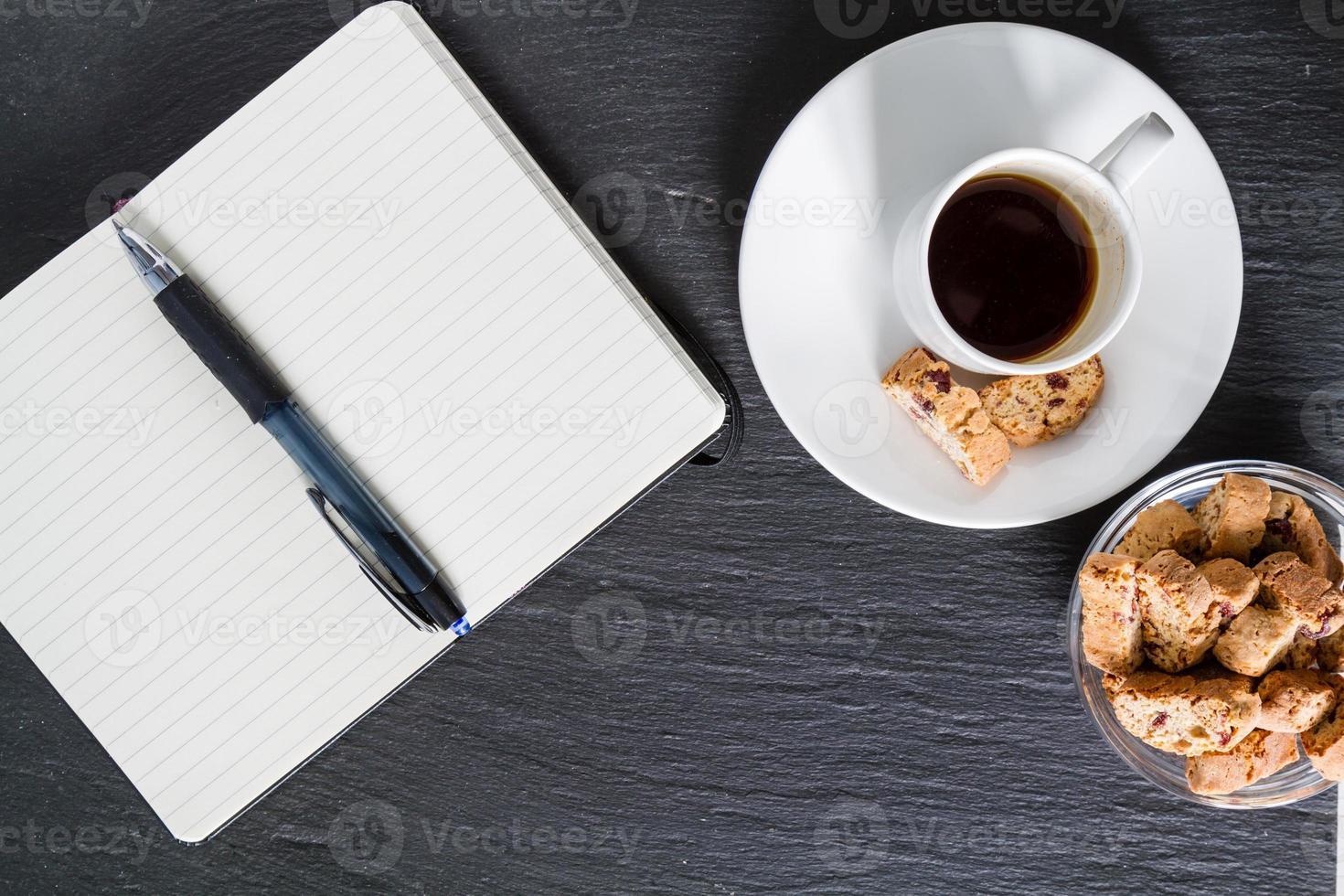 incontro di lavoro - caffè, biscotti, blocco note, penna, foto