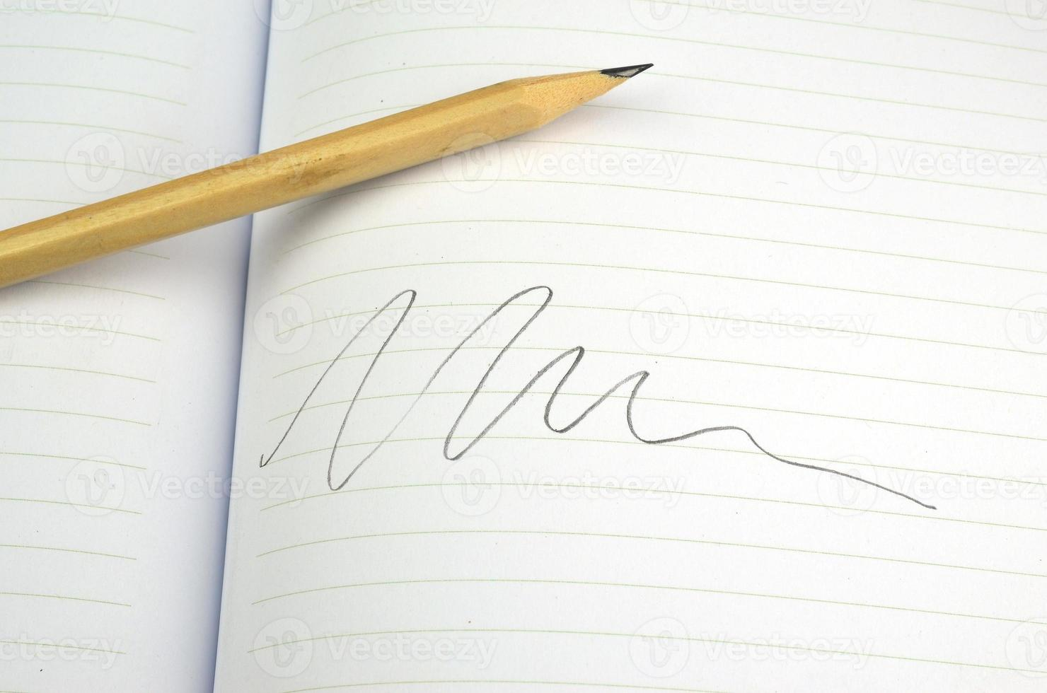 quaderni e matita su sfondo bianco foto