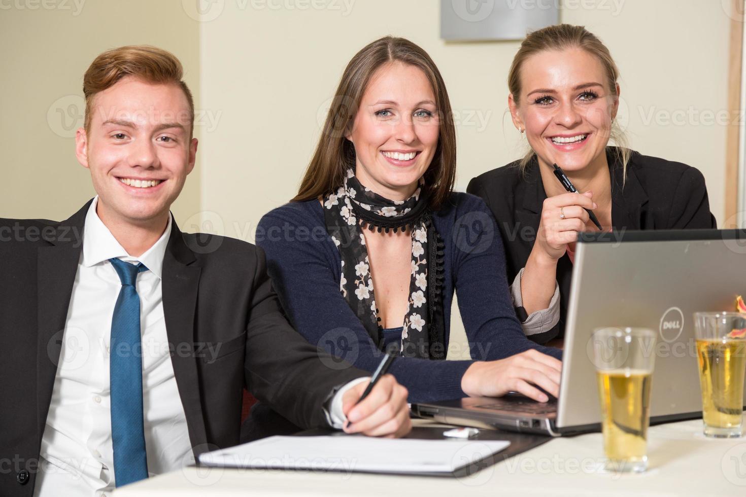 partecipanti al congresso o lezione ascoltando una presentazione foto