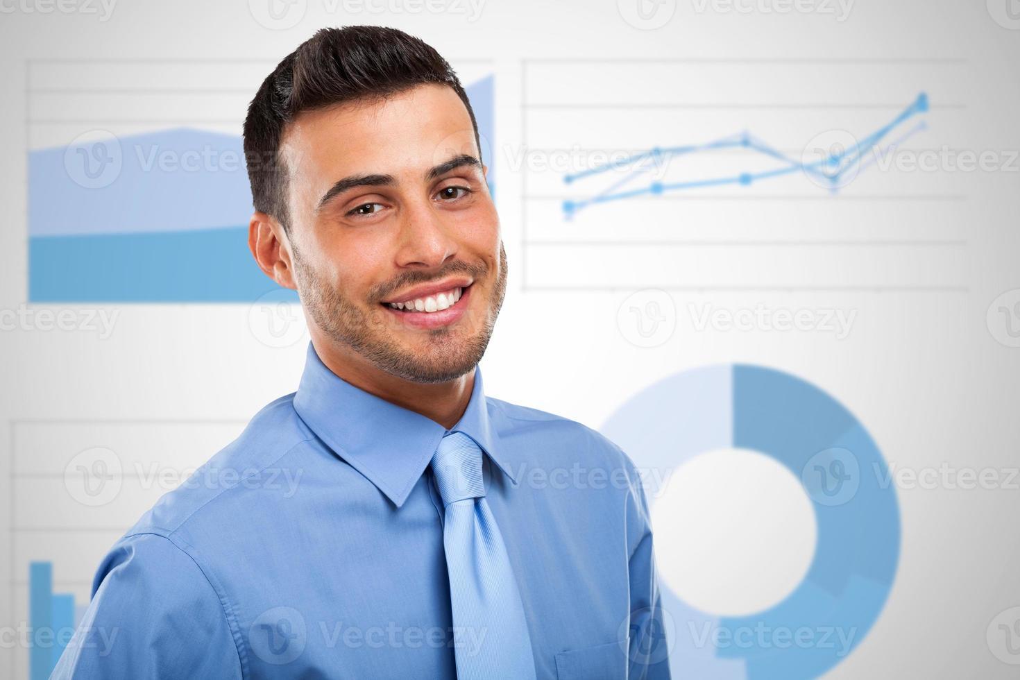 uomo d'affari davanti a diagrammi e diagrammi aziendali foto