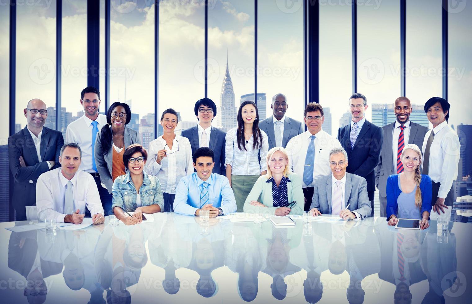 uomini d'affari diversità squadra con ufficio professionale aziendale con foto