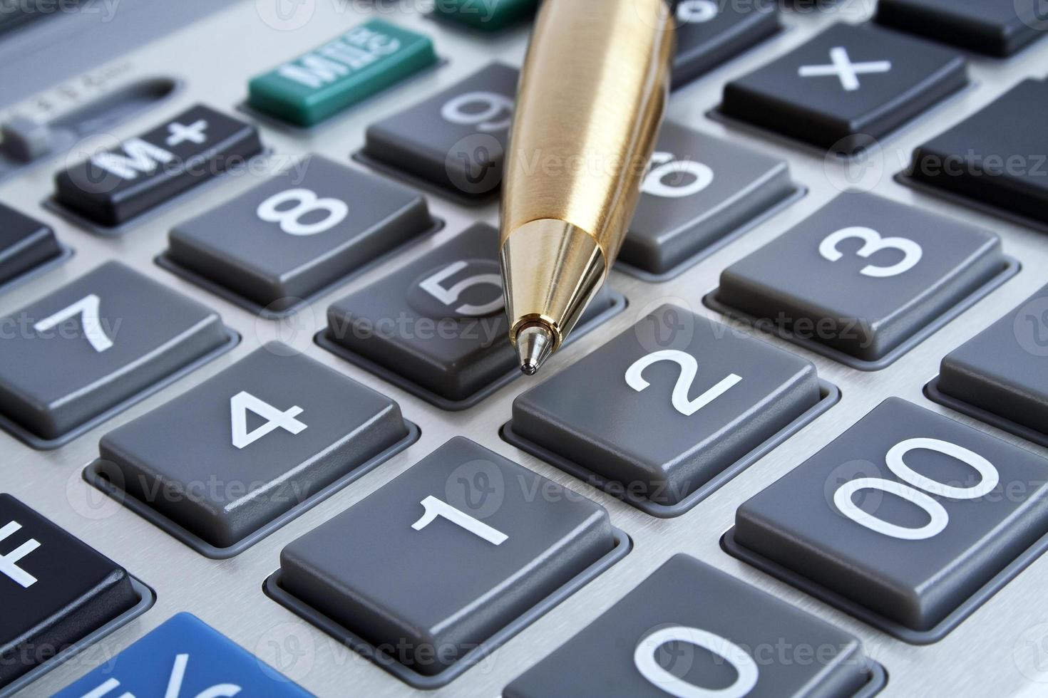 tastiera di concetto, penna e calcolatrice di affari foto