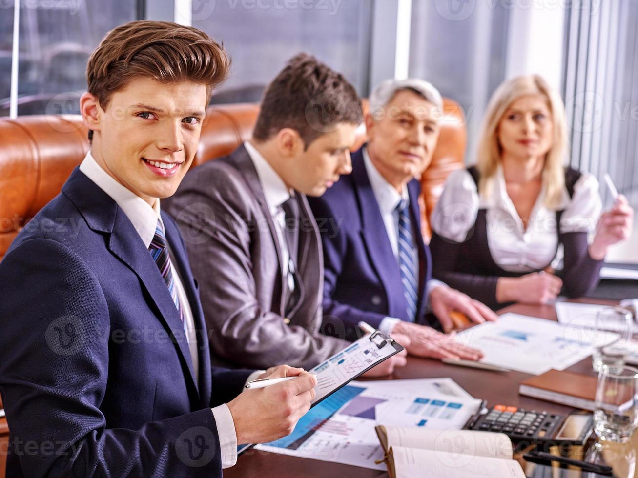 uomini d'affari di gruppo in ufficio foto