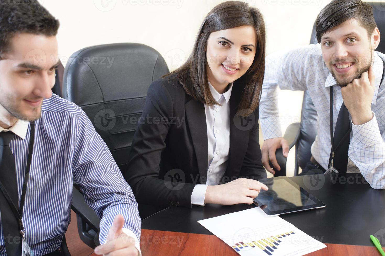 uomini d'affari che hanno riunione del consiglio foto