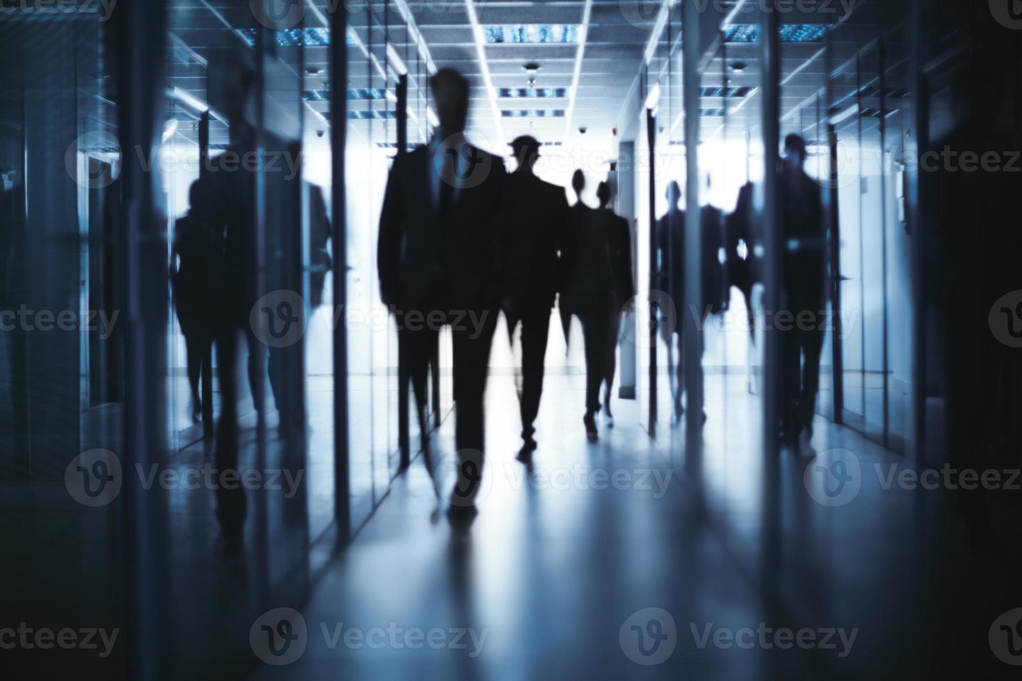 uomini d'affari a piedi foto