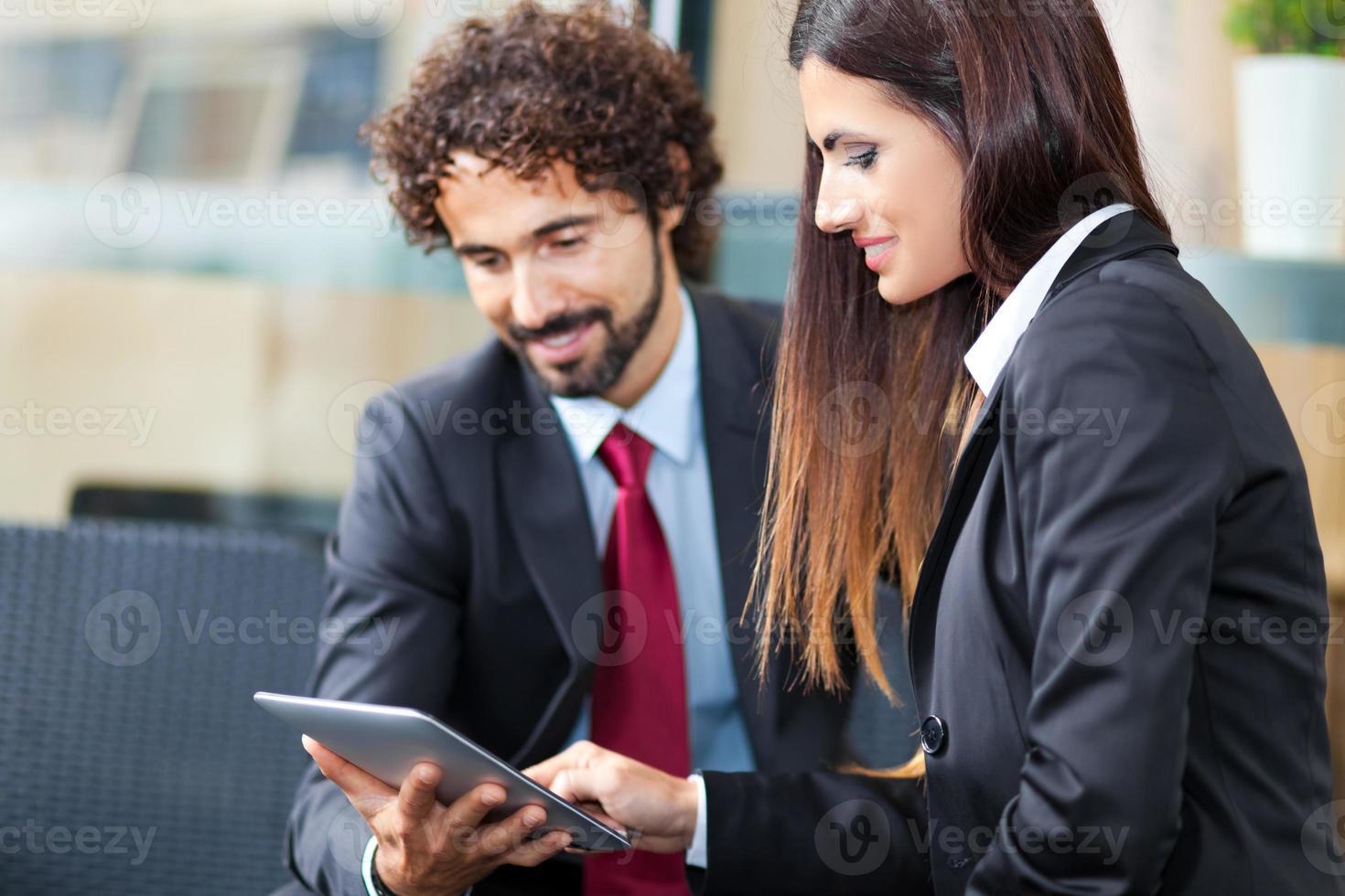 uomini d'affari utilizzando una tavoletta digitale foto