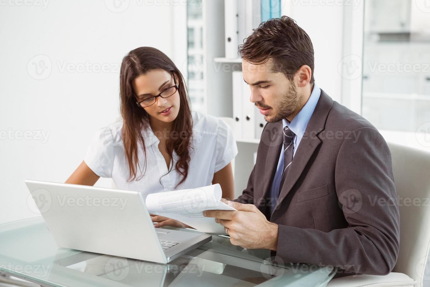 uomini d'affari con laptop in ufficio foto