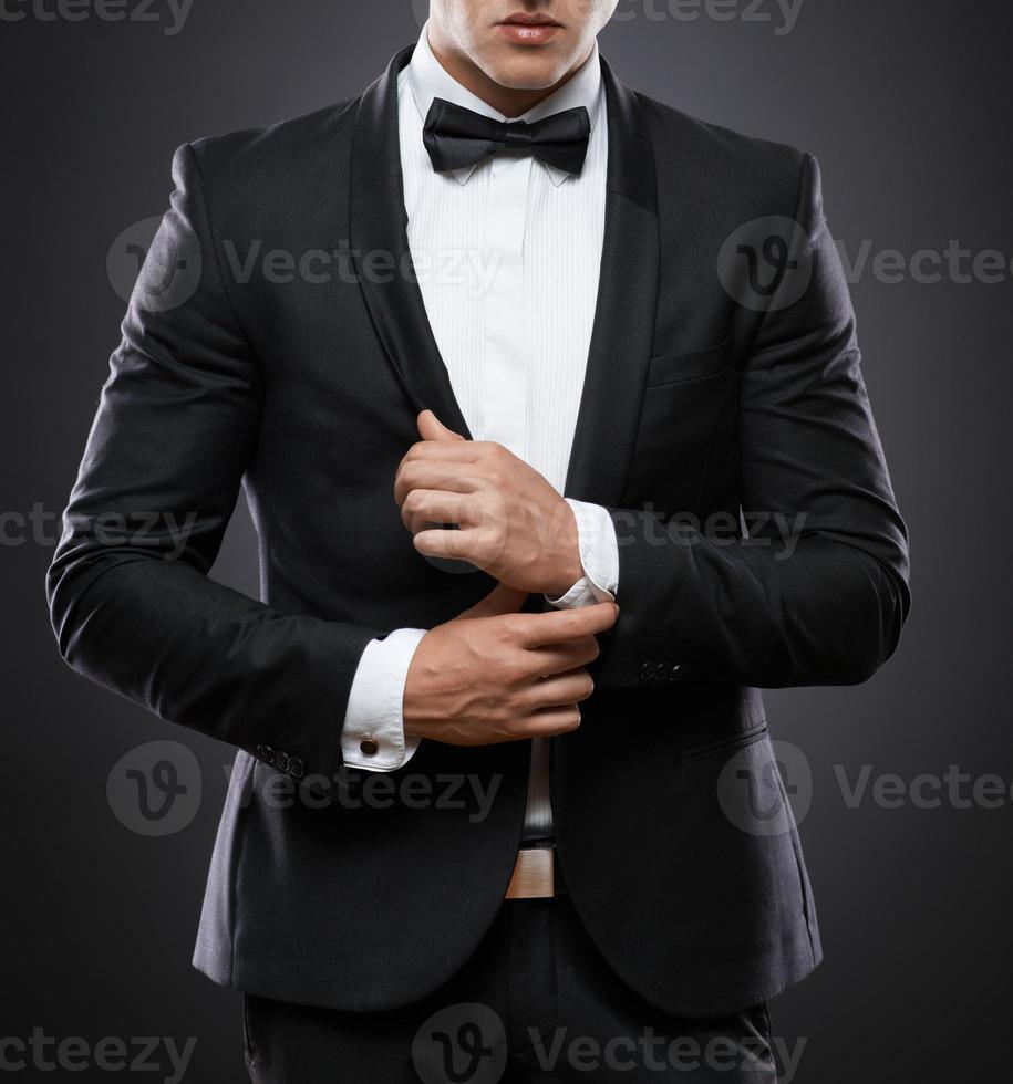 uomo d'affari in tuta su uno sfondo scuro foto