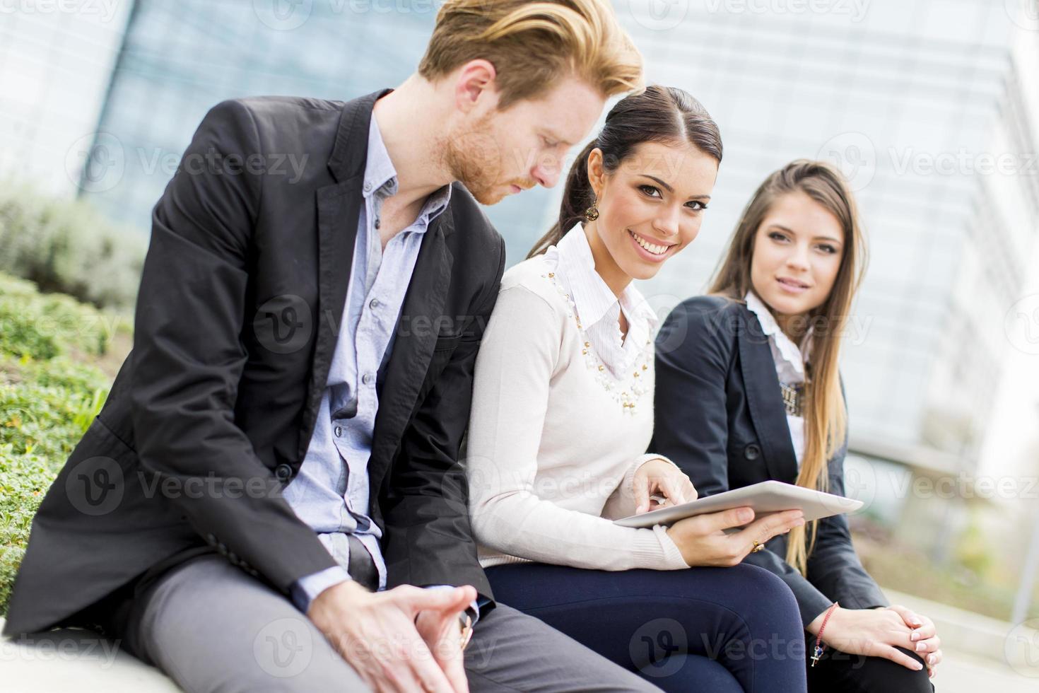giovani imprenditori all'aperto foto