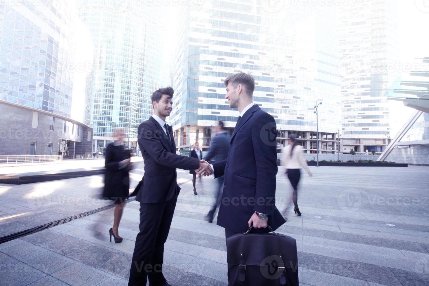 uomini d'affari si stringono la mano foto