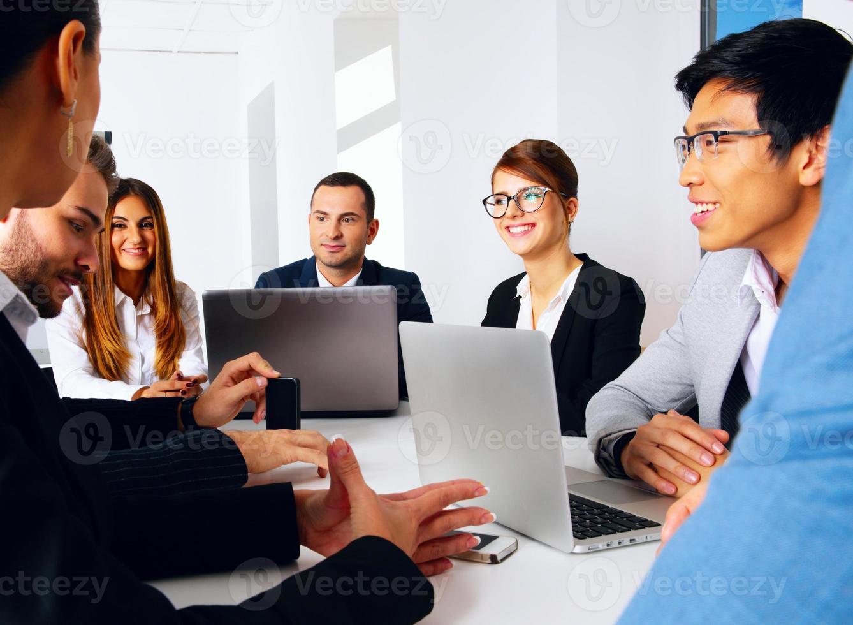 uomini d'affari che hanno riunione foto