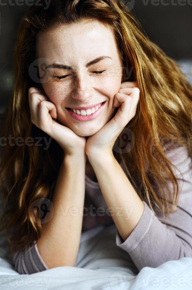 affascinante ragazza a letto con gli occhi chiusi foto