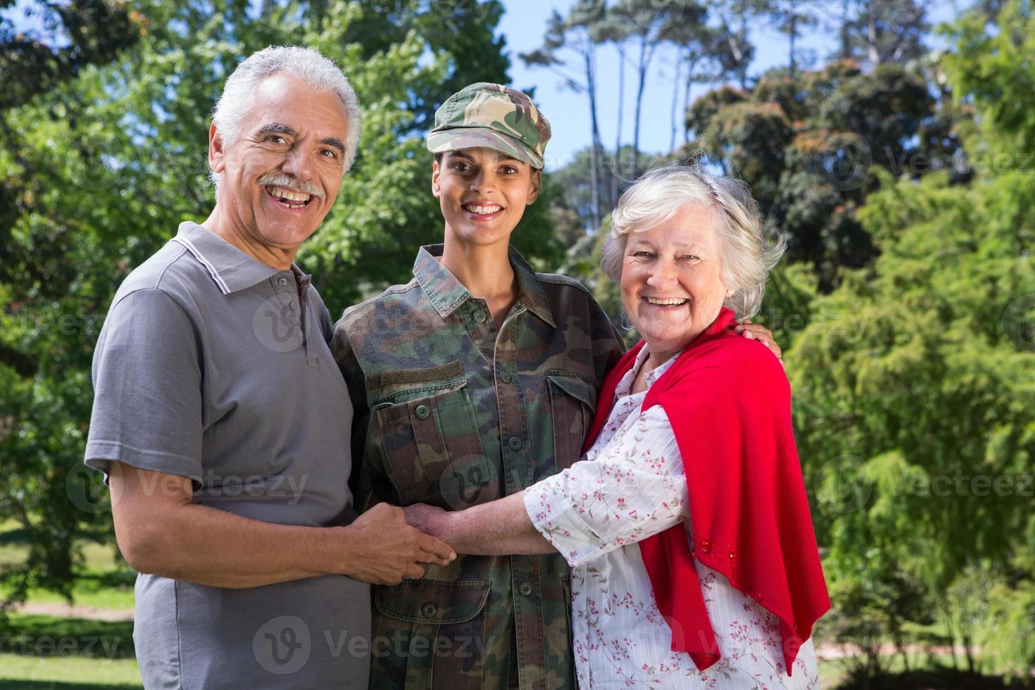 soldato riunito con i suoi genitori foto