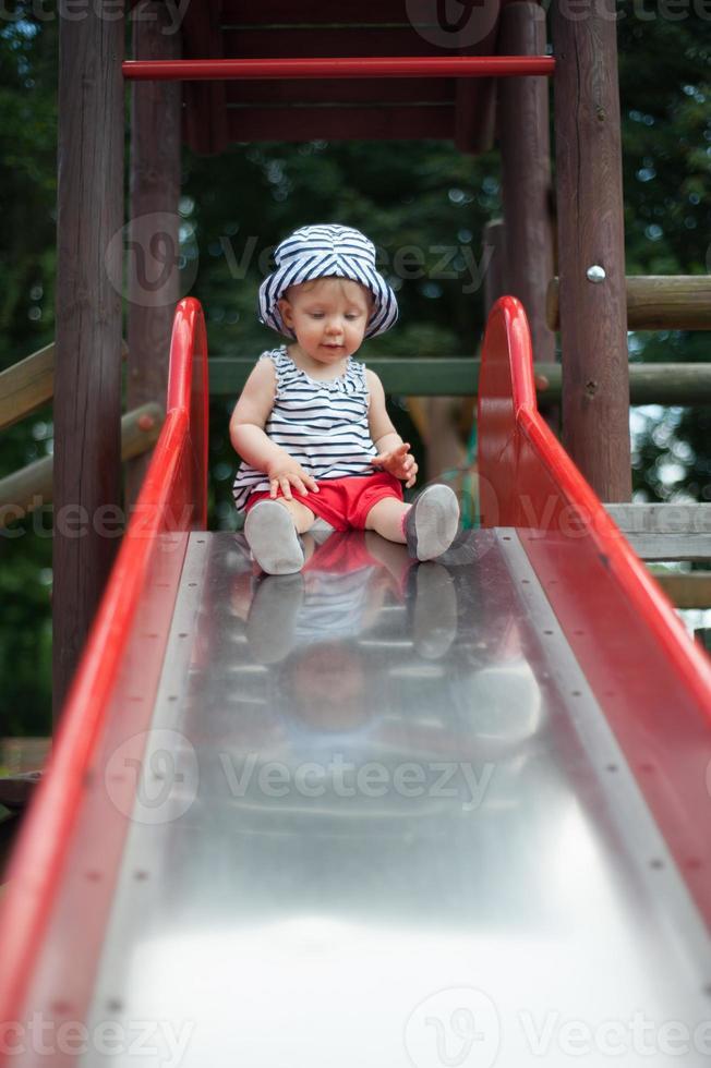 bambino felice sulla diapositiva foto