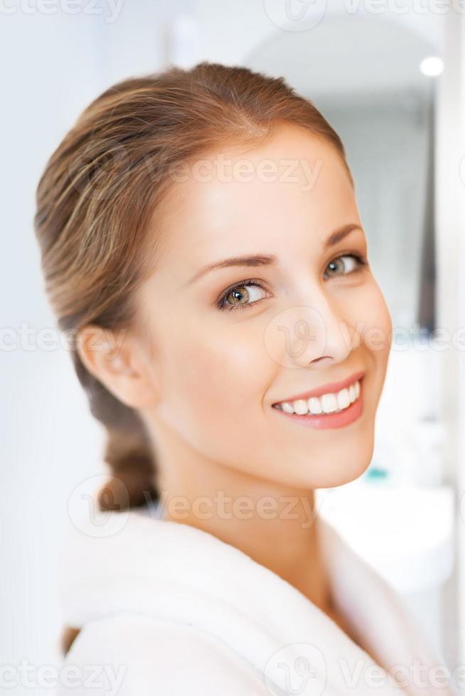 volto di una bella donna in accappatoio bianco foto