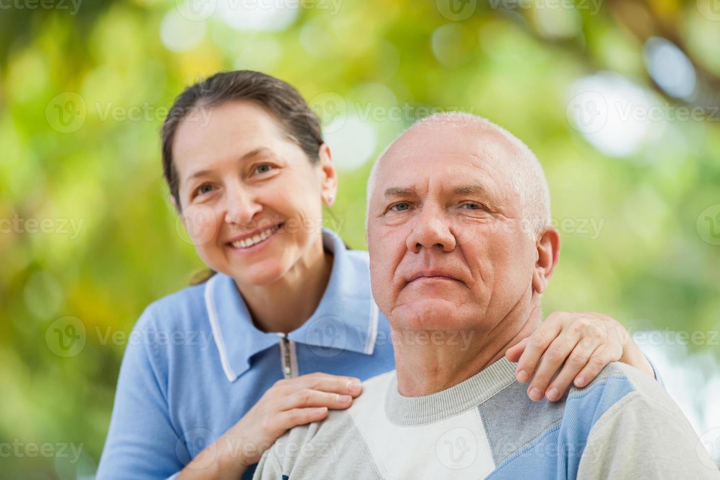 Ritratto di coppia matura in maglioni foto