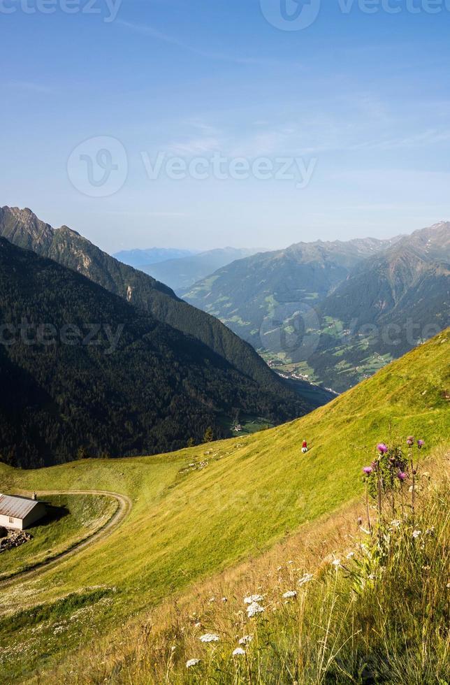guardando giù in una valle nelle alpi europee foto